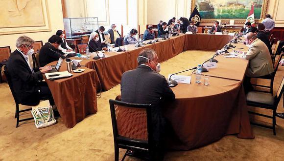 Esta es la primera sesión de Junta de Portavoces que se llevará a cabo de manera presencial tras el contagio de 11 congresistas de coronavirus (Covid-19). (Foto: GEC)   Por segundo día consecutivo se reúne, en la sala Grau, la Junta de Portavoces, que dirige el presidente del Congreso, Manuel Merino de Lama. Asistev el presidente del Banco Central de Reserva del Perú (BCR), Julio Velarde, y la superintendente de Banca, Seguros y AFP (SBS), Socorro Heysen Zegarra.