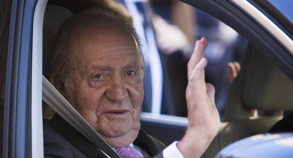 En esta foto de archivo tomada el 1 de abril de 2018, Juan Carlos I saluda con la mano mientras se marcha después de asistir a la tradicional Misa de Resurrección del Domingo de Pascua en Palma de Mallorca. (JAIME REINA / AFP).