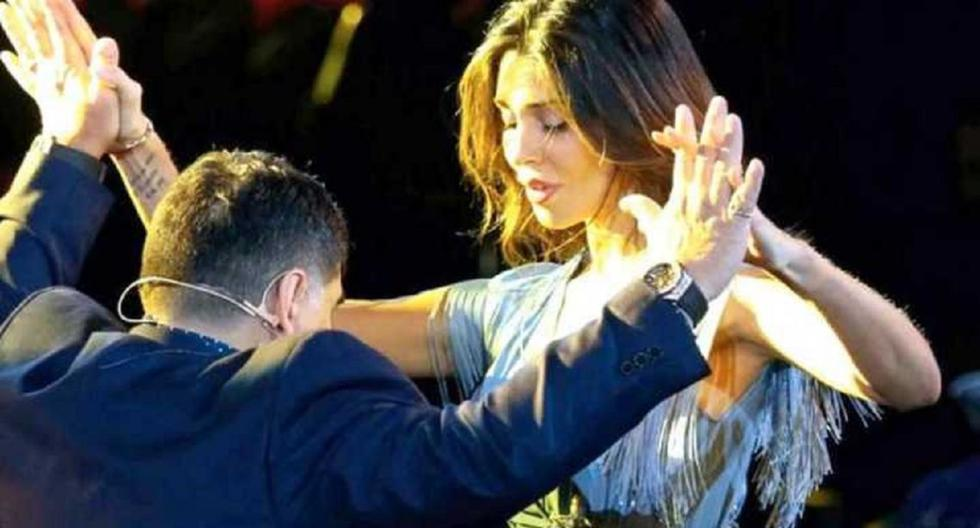 Diego Maradona baila en Italia junto a Belén Rodríguez.