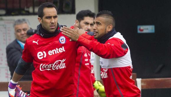 Arturo Vidal y Claudio Bravo se reunieron por primera vez en dos años. (Foto: AFP)