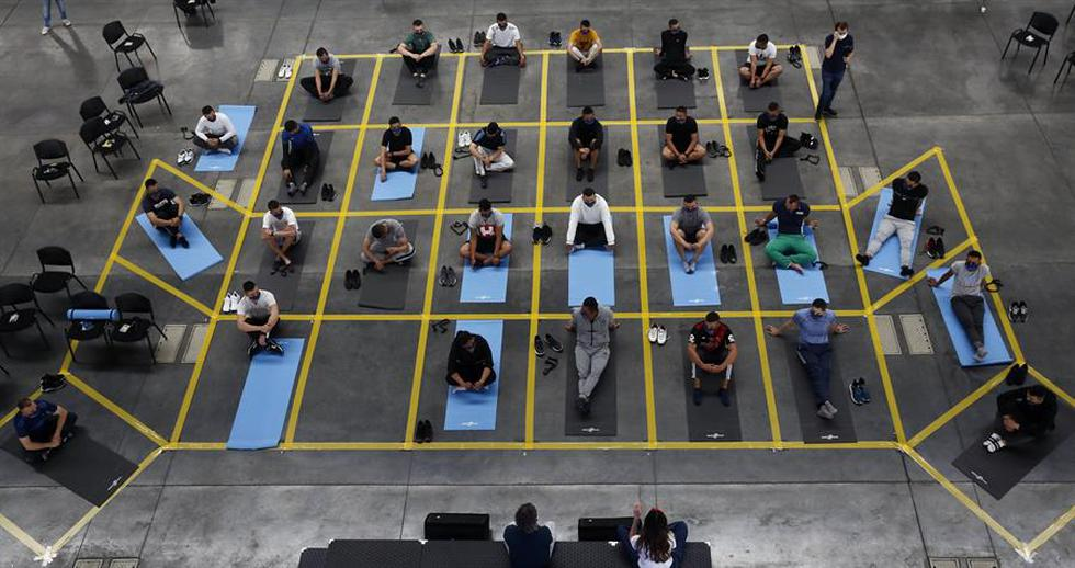 Son cuatro horas de calma y reflexión para 30 integrantes del ESMAD de la Policía colombiana, quienes vestidos con ropa deportiva y tendidos sobre colchonetas distan de la imagen ruda que exhiben en las calles para adentrarse en un programa pedagógico en Medellín, que busca reducir los niveles de violencia y educar para la paz. (Foto: EFE/ Luis Eduardo Noriega A)