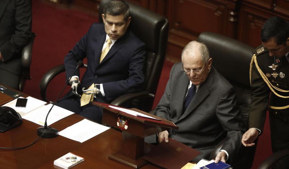 PPK, como sigue al protocolo, se sienta al lado del presidente del Congreso. (César Campos/Perú21)