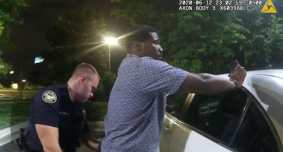 El ex oficial del Departamento de Policía de Atlanta, Garrett Rolfe, busca a Rayshard Brooks, de 27 años, en el estacionamiento de un restaurante de Wendy. (Reuters/Atlanta Police).