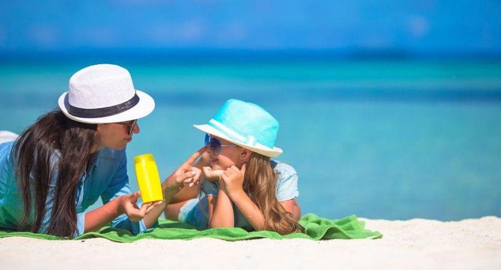Aplícale bloqueador solar todos los días por la mañana y enseña a tu hijo que debe volver a aplicarlo cada media hora antes de salir al recreo y de la hora de salida. (Foto: Difusión)