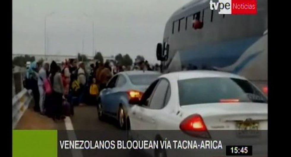 Varios migrantes obstruyeron la vía, cerca al control migratorio de Chacalluta, en Arica (Chile) e impidieron el pase de los vehículos. (Foto: Captura Tv Perú)