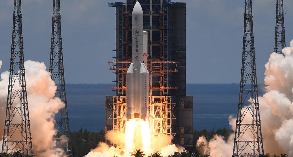 """Un cohete Long March-5, que transporta un orbitador, un módulo de aterrizaje y un rover como parte de la misión """"Tianwen-1"""" a Marte, despega del Centro de Lanzamiento Espacial Wenchang, en la provincia meridional china de Hainan. (Noel CELIS / AFP)"""
