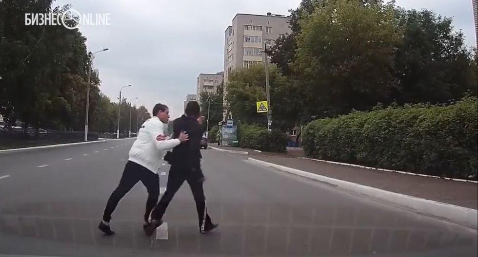Un conductor en Rusia alejó a un sujeto, visiblemente agresivo, de una forma singular. (YouTube)