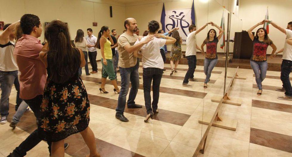 En un hotel de Damasco, unos 200 aficionados de la salsa se reúnen los jueves, el comienzo del fin de semana sirio, para bailar al son de ritmos latinos. (AFP)