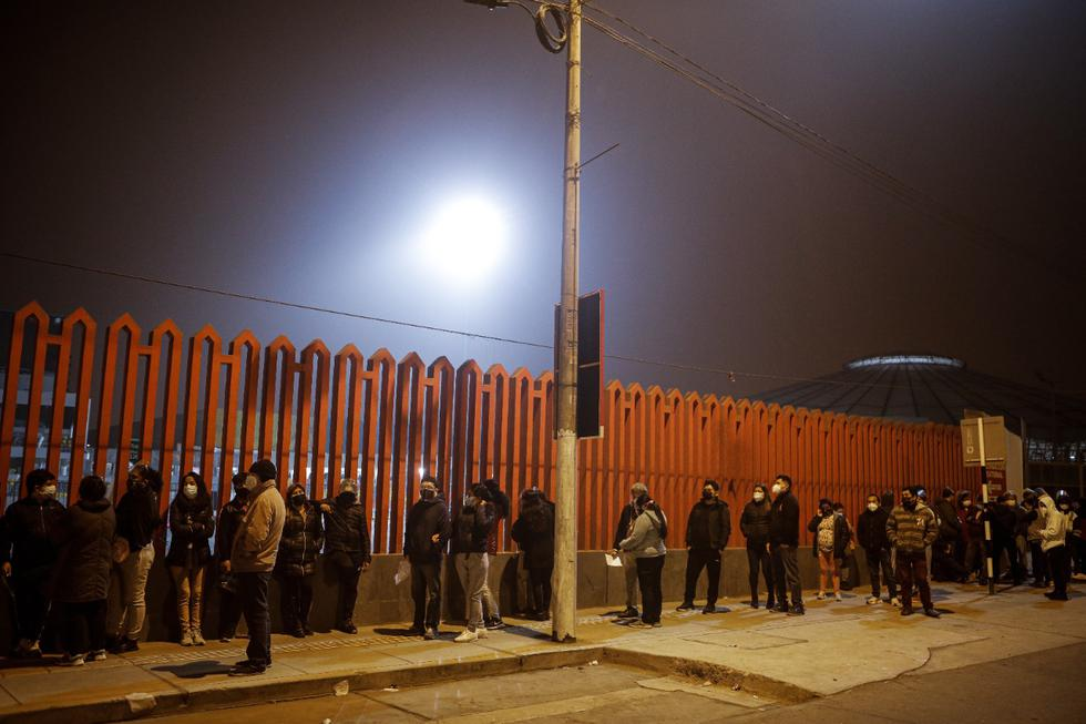 Miles de personas mayores de 40 años realizaron largas colas la madrugada de este domingo en los diferentes centros de vacunación en Lima y Callao para recibir su dosis contra el COVID-19. El horario extendido de la vacunatón, de 36 horas seguidas, fue aprovechado a su plenitud en diferentes centros de la capital. (Fotos: Joel Alonzo/ @photo.gec)