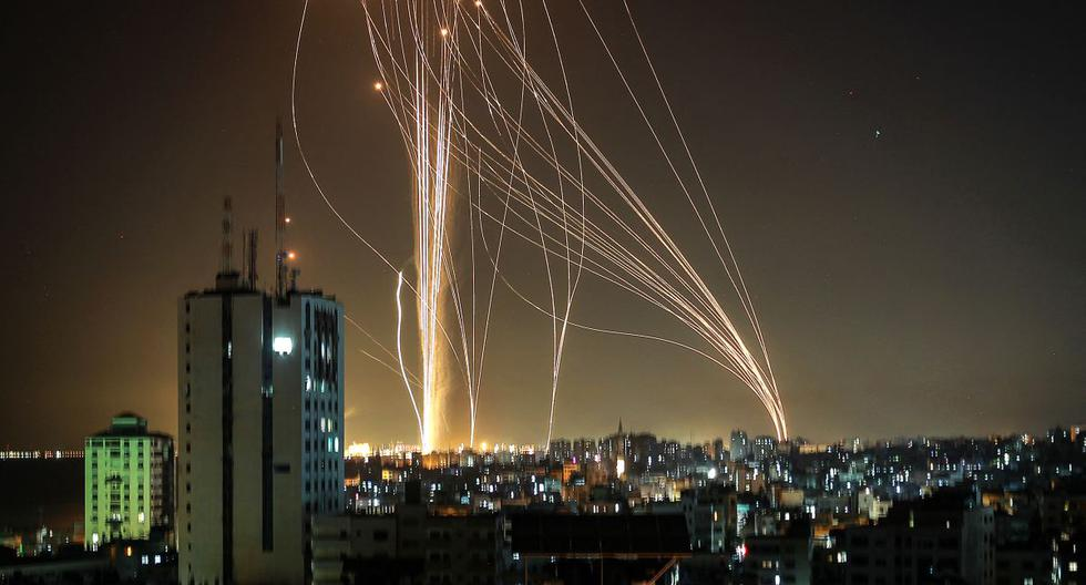 Los cohetes se lanzan desde la ciudad de Gaza, controlada por el movimiento palestino Hamas, en respuesta a un ataque aéreo israelí, el 11 de mayo de 2021. (ANAS BABA / AFP).
