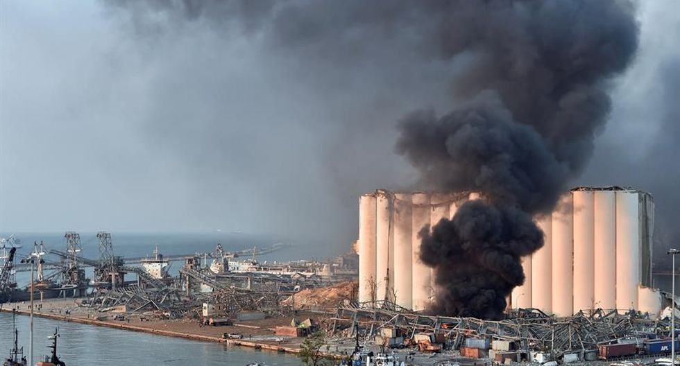 Una vista general de la zona del puerto de Beirut donde se levanta una enorme columna de humo tras una gran explosión que causó daños y numerosas víctimas en la capital del Líbano. (EFE / EPA / WAEL HAMZEH).