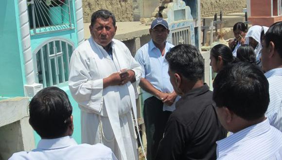 NO PARA. Encontramos a Jorge Albañil Rico en un cementerio de Mórrope oficiando una ceremonia religiosa. (Fabiola Valle)