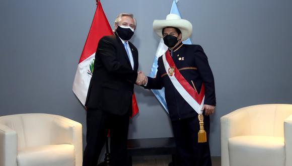 Pedro Castillo junto a su homólogo de Argentina, Alberto Fernández. (Foto: Presidencia Perú)