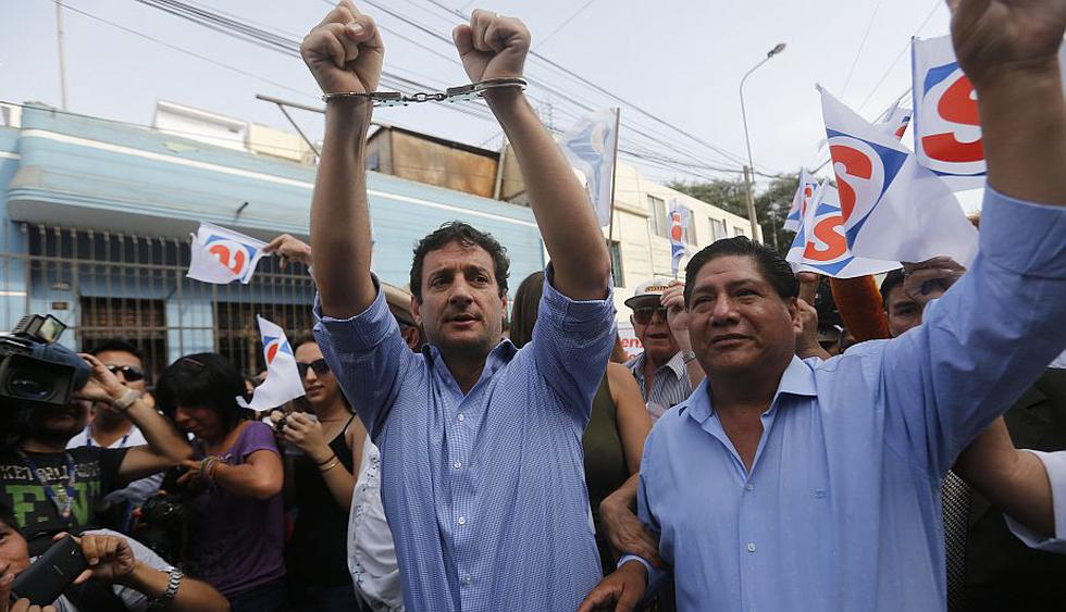Renzo Reggiardo acudió enmarrocado a inscribir su plancha presidencial. (Percy Ramirez)