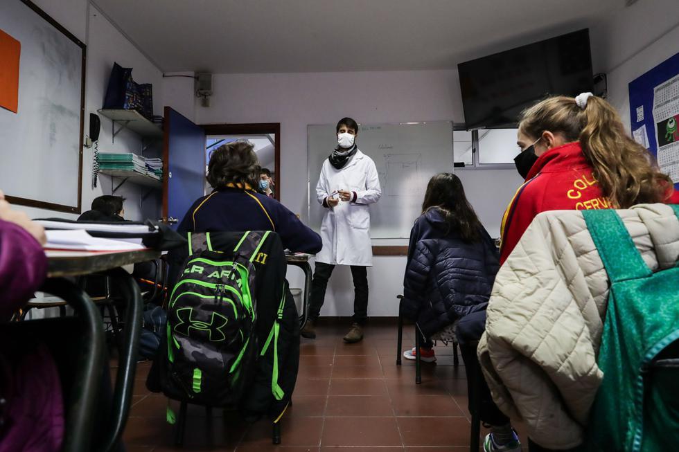 La baja incidencia del COVID-19 en Uruguay y el estricto protocolo sanitario aprobado llevaron al país sudamericano a convertirse en el primero de Latinoamérica en retomar la presencialidad en la educación, después de más de 3 meses en los que las plataformas virtuales fueron su principal aliado. (Foto:  EFE/ Raúl Martínez)