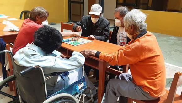 Arequipa: Ancianos e indigente abandonados son recibidos en albergue y se distraen jugando ludo durante cuarentena