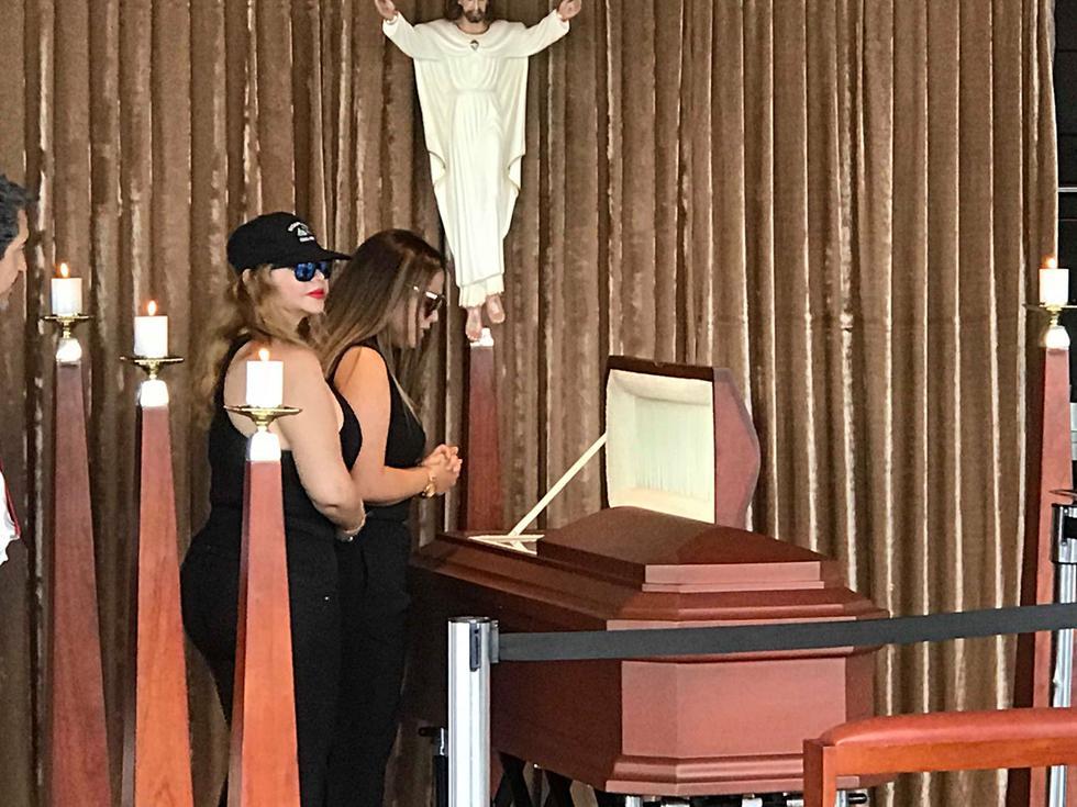 Madre e hija en el velatorio del músico. (Óscar Miranda)
