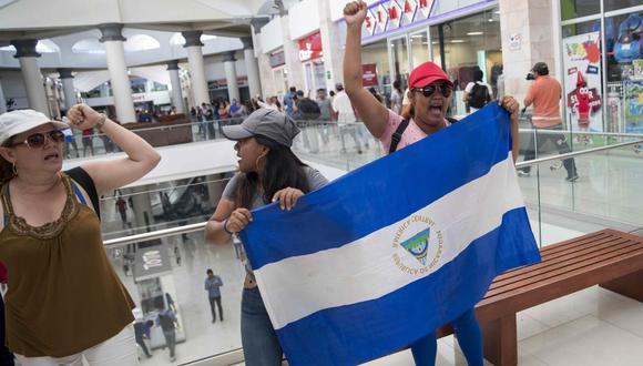 NI2026. MANAGUA (NICARAGUA), 25/02/2020.- Varias mujeres con un bandera de Nicaragua participan de una protesta express en un centro comercial contra el Gobierno del presidente Daniel Ortega, en Managua. EFE/Jorge Torres