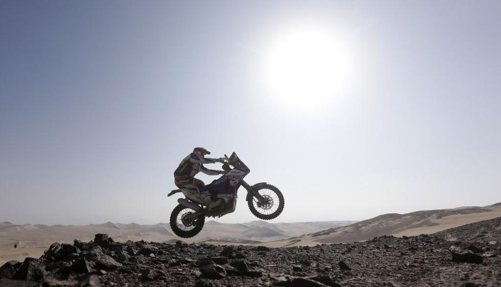 El francés Alain Duclos realiza un salto en su motocicleta Sherco durante la etapa entre Pisoc y Nasca. (Reuters)