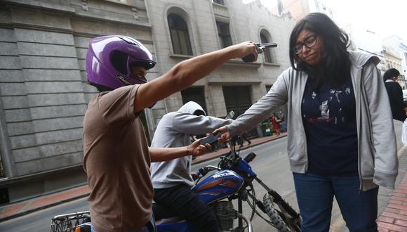 Delincuentes buscan objetos de valor que los estudiantes cargan en sus mochilas para complementar sus estudios, como laptops, celulares, calculadoras científicas. (USI)