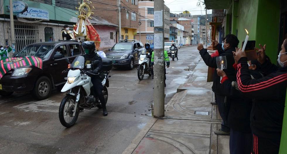 Puno Fieles elevaron plegarias a la 'Mamita Candelaria' pidiendo que la pandemia llegue a su fin.