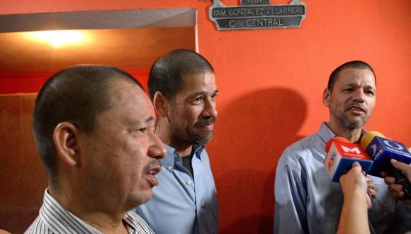 Los hermanos Luis Alfonso, José Regino y Simón González Villarreal dan declaraciones a periodistas este viernes, tras llegar a casa de sus familiares, en Culiacán. (Foto: EFE)