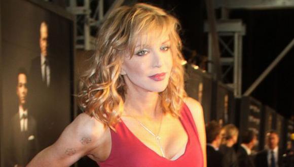 Courtney Love sigue lucrando con la memoria de Kurt Cobain. (justsjared.com)