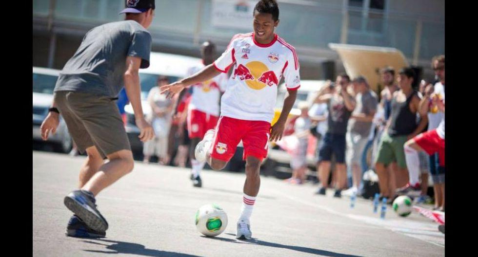 El delantero peruano 'peloteó' como si estuviera en Lima. (Facebook Red Bull Salzburgo)