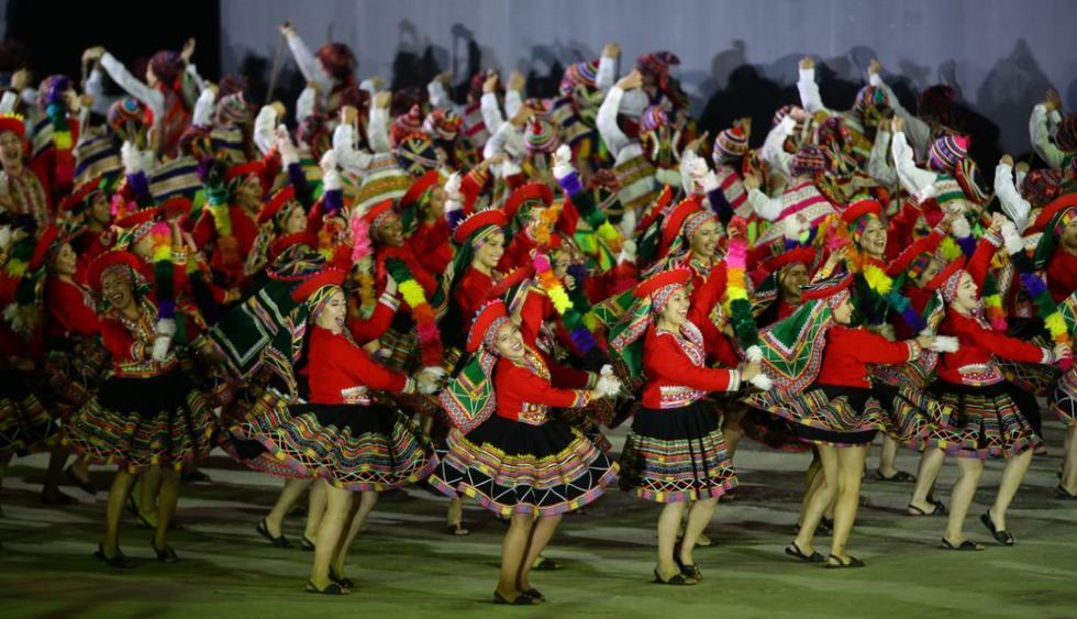 Decenas de personas participaron en las diferentes danzas típicas del Perú. (Jesús Saucedo/GEC)