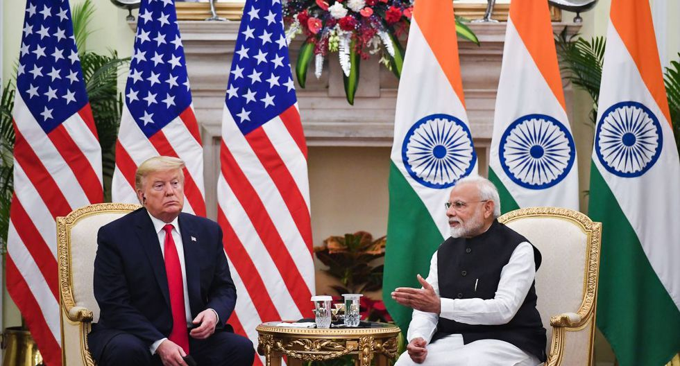 El primer ministro de la India, Narendra Modi (R), habla durante una reunión con el presidente de los Estados Unidos, Donald Trump, en la Casa Hyderabad en Nueva Delhi. (AFP)