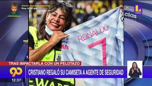Cristiano Ronaldo le regla su camiseta a una guardia de seguridad durante el calentamiento