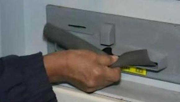 Los delincuentes usan un trozo de jebe que colocan sobre el dispensador de billetes para apoderarse del dinero. (América Noticias)