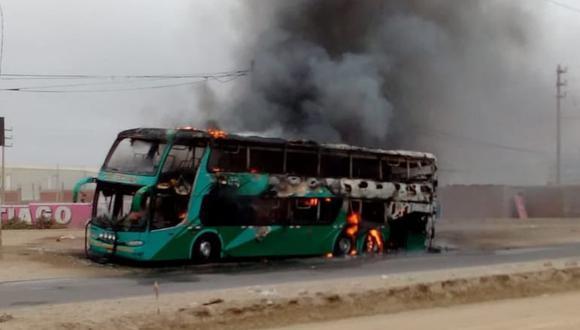 Se quemó toda la carrocería del bus interprovincial. Fuego se habría originado por una falla en el motor.