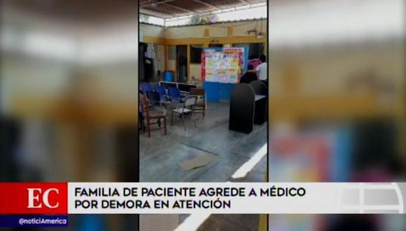 Los sujetos rompieron las puertas y lunas de consultorios y oficinas administrativas de la posta médica Los Libertadores. (América Noticias)