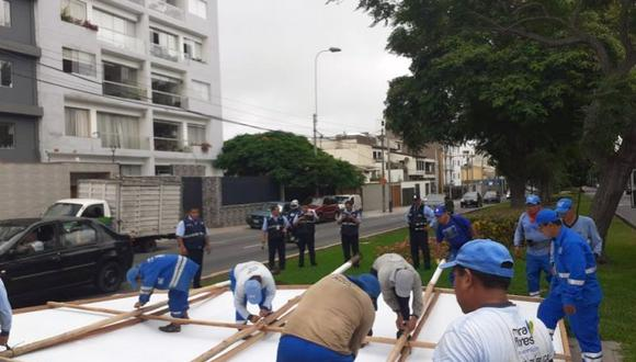 Trabajadores de la comuna de Miraflores retiraron paneles publicitarios de candidatos. (Twitter/@munidemiraflores)