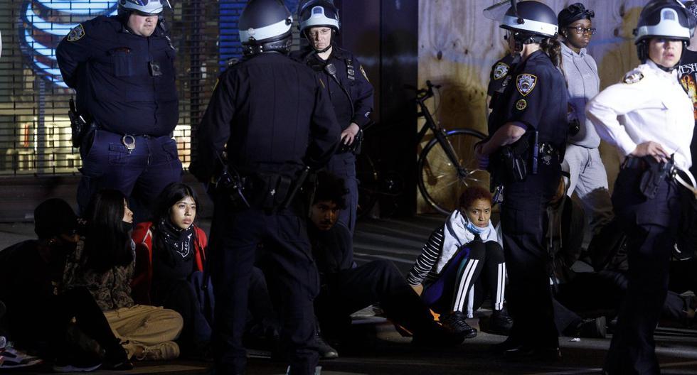 Los agentes de la policía arrestan a los manifestantes después del toque de queda en Nueva York (Estados Unidos). (EFE/EPA/JUSTIN LANE).