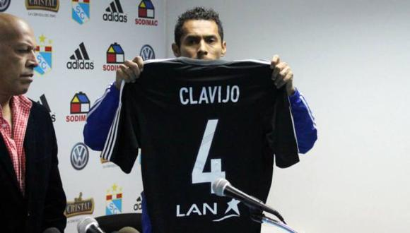 Carlos Lobatón mostró la camiseta en homenaje a Yair Clavijo. (Facebook de Cristal)