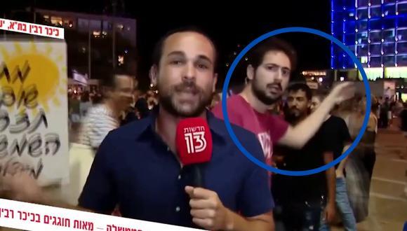 Un video viral muestra el improsivado acto de magia de un espontáneo durante un reporte en vivo de un noticiero israelí. | Crédito: u/nahoy9595 / Reddit