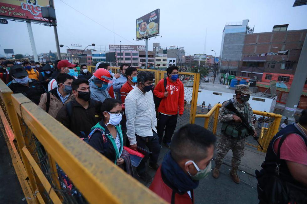 Largas colas se registran en el Puente Nuevo. Las personas no respetan el distanciamiento social obligatorio. (Foto: Lino Chipana/GEC)
