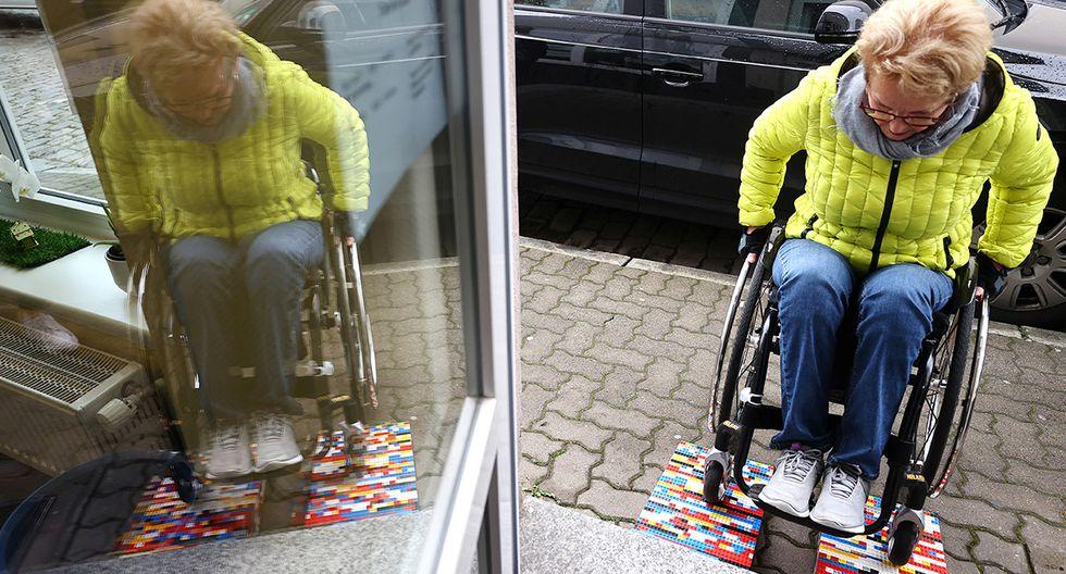 Ante las numerosas tiendas y cafés inaccesibles, Rita Ebel, una usuaria de silla de ruedas, ha ideado una solución simple y divertida: rampas hechas con Lego. (Reuters)