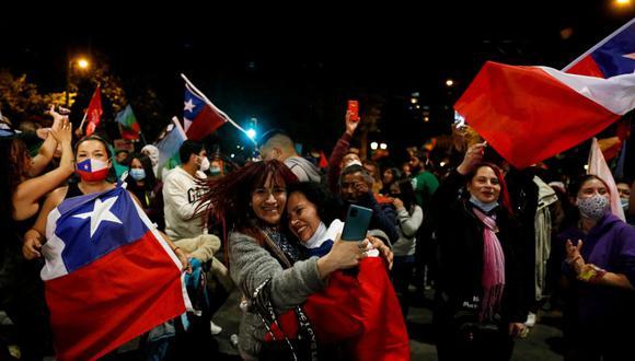 """Los partidarios de la opción """"Yo apruebo"""" reaccionan después de escuchar los resultados del referéndum sobre una nueva constitución chilena en Valparaíso, Chile. (REUTERS/Rodrigo Garrido)."""