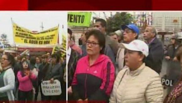 Vecinos protestan contra cambio de uso de vía por que aseguran tendrán que pagar peaje. (Captura: América Noticias)