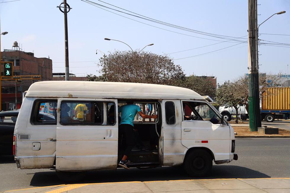 En el día 205 del estado de emergencia, medida decretada por el Gobierno debido al COVID-19, las combis informales continúan circulando por la capital. (Foto: Hugo Curotto/ @photo.gec)