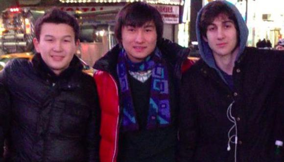 Azamat Tazhayakov (izq.) y Dias Kadyrbayev junto a Dzhokhar Tsarnaev. (AP)