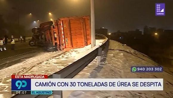 Un camión que transportaba urea perlada se despistó en una vía del distrito de El Agustino. (Captura: Latina)
