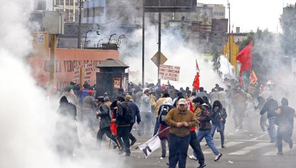 Los policías lanzaron bombas lacrimógenas. Mujeres y niños que transitaban por allí fueron afectados. (Luis Gonzáles)