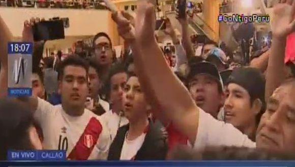 Hinchas entonaron el himno peruano con alma, corazón y vida. (Captura América TV)
