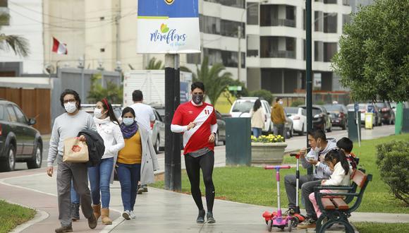 Las familias comienzan a salir más a las calles conforme aminora los efectos de la pandemia del COVID-19. (GEC)