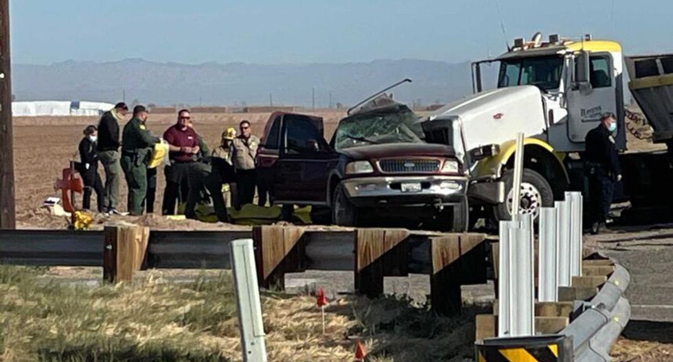 En esta imagen del trabajo policial de KYMA en la escena de un accidente mortal que involucró un semirremolque y un SUV en Holtville, California, el martes 2 de marzo de 2021. (KYMA/AP).
