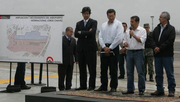 INFRAESTRUCTURA. Humala inspeccionó el área donde se construirá la segunda pista de aterrizaje. (Rodrigo Málaga)